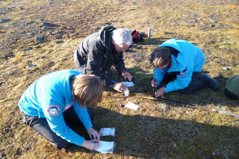 Dolerittneset. Sub-sampling a soil core.