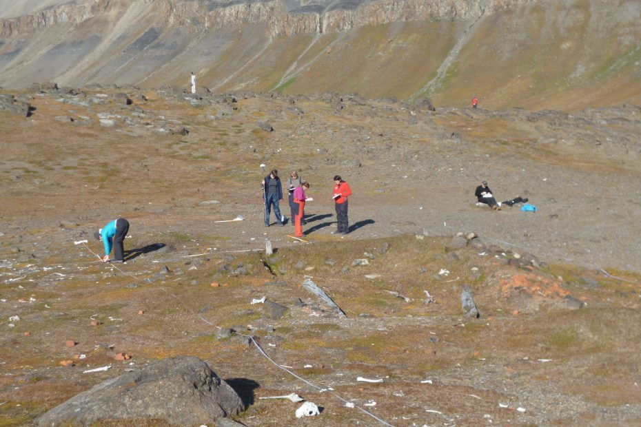 Dolerittneset. The hut remains and the fieldwork team.